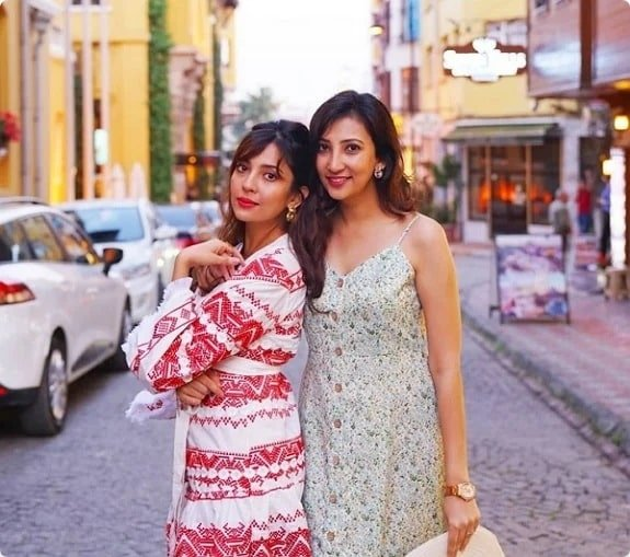 Chandni Singh With Her Sister (Chandni Singh)